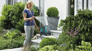 Полив со шланга или переносной системой газона огорода сада